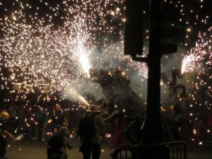 Feuerspeiende Drachen auf dem Feuerlauf durch die Stadt